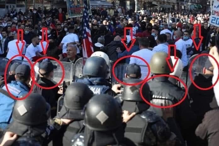 """Во првите редови пуштени """"голи"""": Младите полицајци без шлемови се бранеа од бекатонот и шишињата на протестот за """"Монстум"""""""