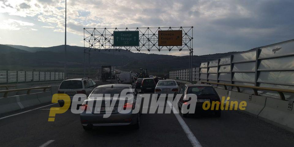 И денеска е блокиран автопатот Скопје – Штип: Продолжува протестот против ископот на песок во Средно Коњари