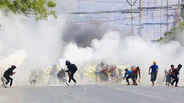 Непоколебливо и храбро: Денот со преку 100 жртви не ги сопре протестите во Мјанмар