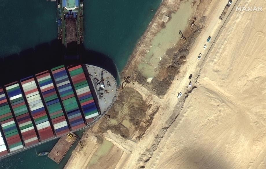 Заглавениот брод се уште е непремостлива пречка: Повеќе од 320 бродови чекаат да го поминат Суецкиот Канал