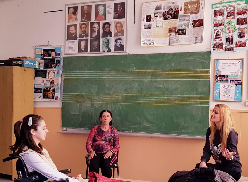 Атиџе ја сака музиката, а храбрата Дени ја сака Атиџе: Наставничката Турунџиева им ја исполни желбата и им ги згреа срцата