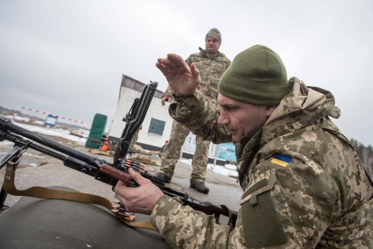 Кличко на воена вежба со порака за Путин: Без борба нема да ја освоиш нашата земја