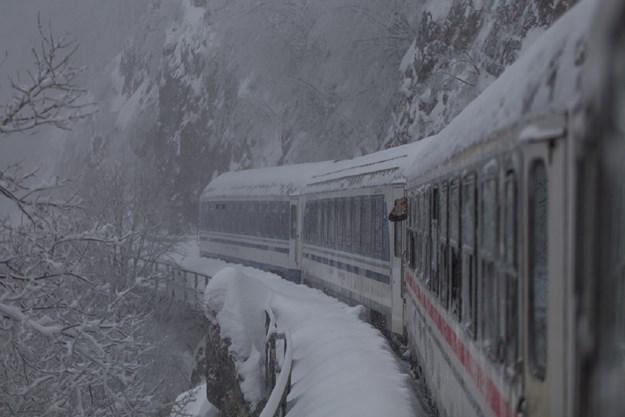 Хаварија на Коридорот 10 меѓу Скопје и Велес: Снегот ги запре возовите, работници заглавени по пругите