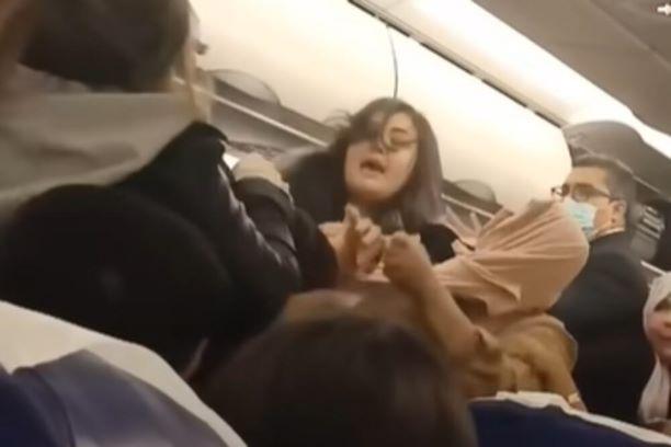 Жени се степаа во авион поради багаж, се корнеа коси и летаа боксови