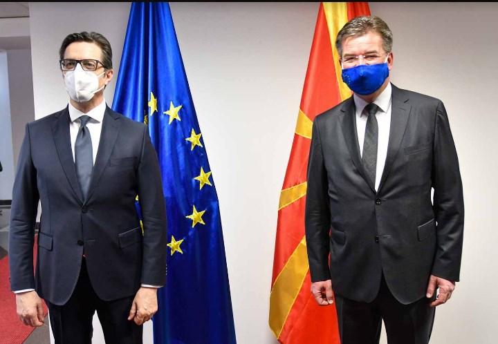 Пендаровски во Брисел се сретна со Лајчак кој е одговорен за дијалгот Белград-Приштина