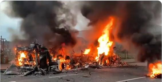 Нов бран насилства во Северна Ирска: Запален автобус, повредени полицајци