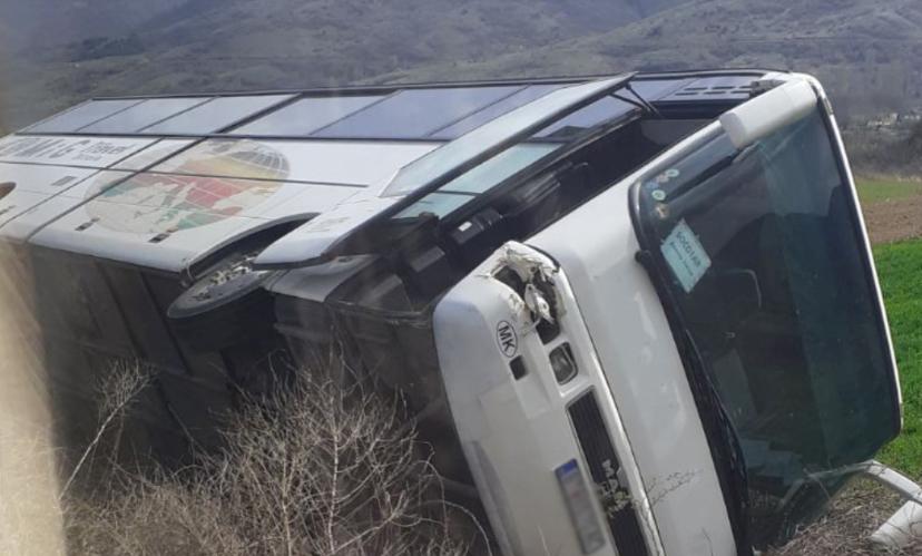 Се преврте автобус на патот Битола – Кичево, има повредени патници