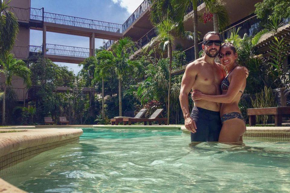 """Љубов во време на корона: По само една средба на """"Зум"""" заминале заедно за Мексико"""
