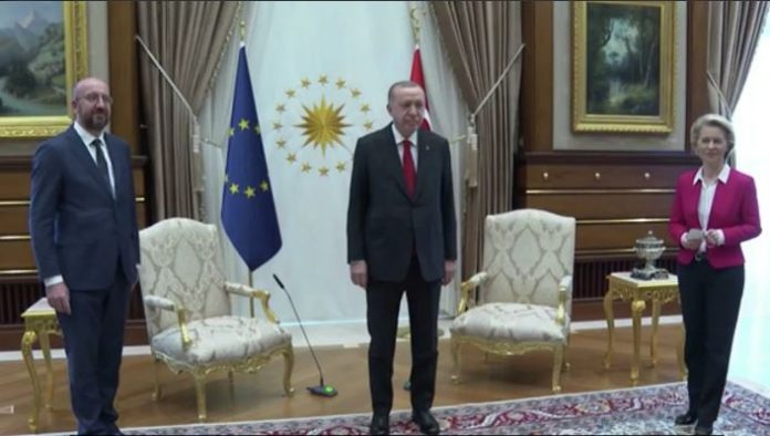 """Ердоган и го покажа """"местото"""" на Лајен: Jа ceдна на мecтото за пpeведyвaчи"""