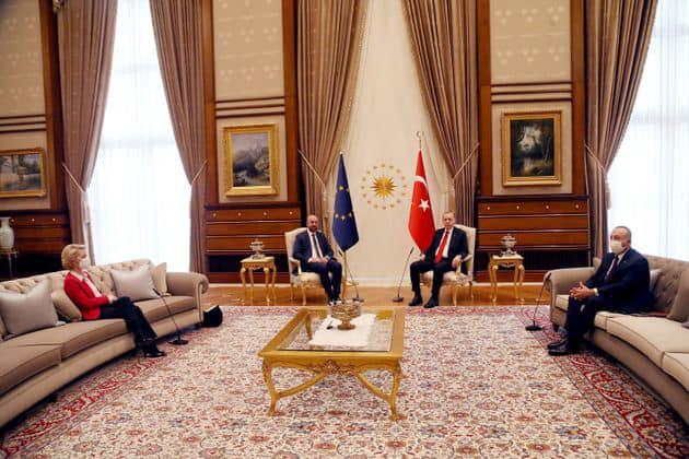 Анкара тврди дека распоредот на седиштата е направен по барање на ЕУ, а Шарл Мишел жали поради инцидентот