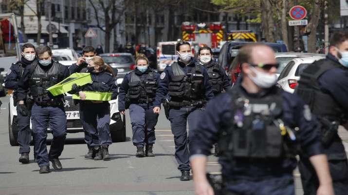 Оружен напад пред болница во Париз: Еден загинат, напаѓачот со мотицкл во бегство