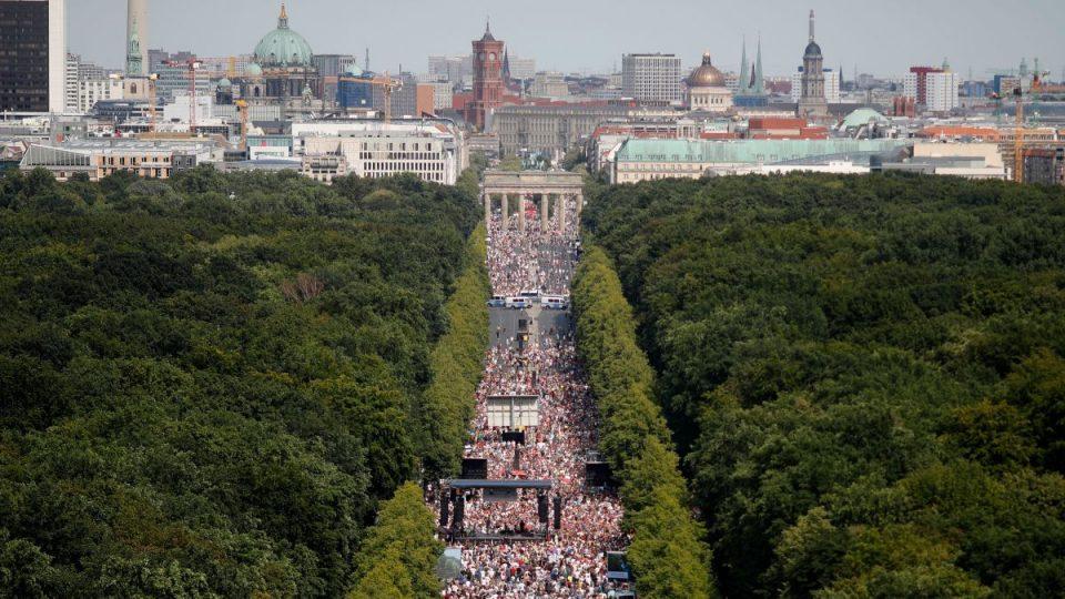 Германија става клуч и воведува полициски час, луѓето протестираат
