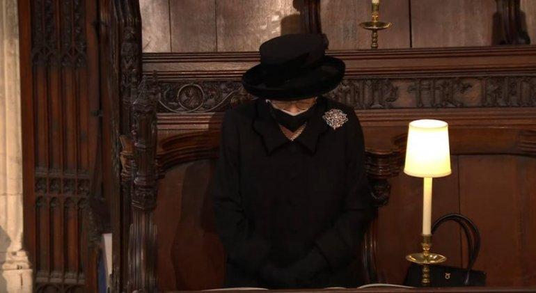 Кралицата сама со насолзени очи на погребот на принц Филип