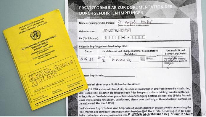 Фотографија на денот: Документот за вакцинација на Меркел