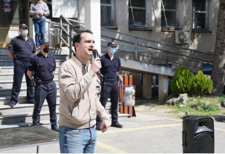 Нелоски со балон полн со вода кон МЗ: Да го измиеме срамот, кога во Македонија умираат по 50 луѓе на ден Заев и Филипче летаат со хеликоптер