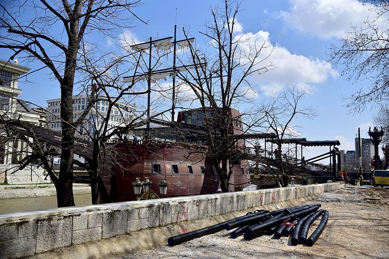 Повторно се демонтира галијата во Вардар кај хотелот Холидеј Ин