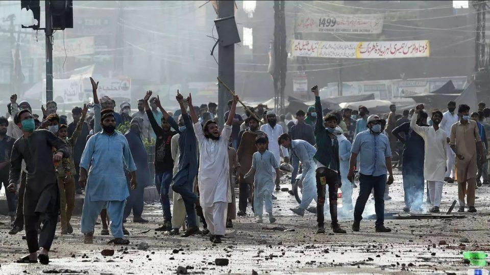 По насилните протести: Препорака за француските граѓани да го напуштат Пакистан