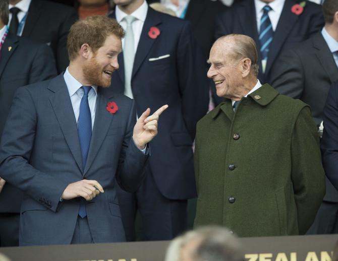 За сите кои се сомневаа дека Хари му е внук: На интернет кружи фотографија од принцот Филип од 50-тите години