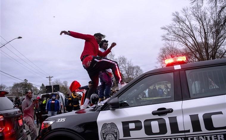 Црно момче убиено од полицајци во близина на местото каде умре Џорџ Флојд: Масовни насилни протести во Минеаполис