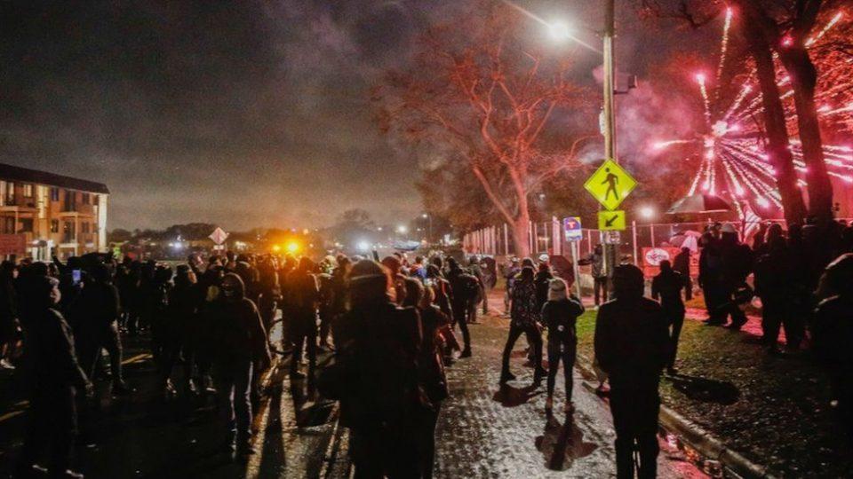 Полициски час во Минеаполис по нередите предизвикани од убиството на Афроамериканецот Донте Рајт