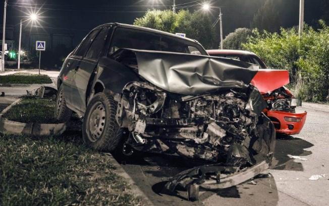"""Страшна сообраќајка: Србин од Швајцарија со ново """"Бе-ев-ме"""" се забил во дрво, загинал на лице место"""