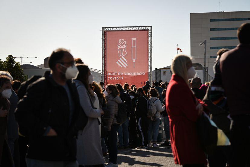 """Жителите на Мадрид во редици за да ја примат вакцината на """"АстраЗенека"""""""