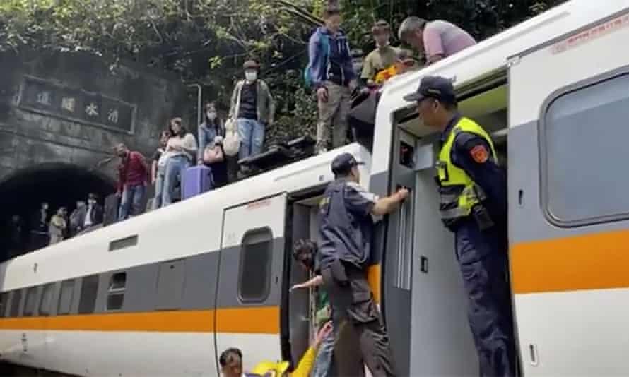Педесетина загинати и 70 заглавени во оштетени вагони по железничка несреќа во Тајван