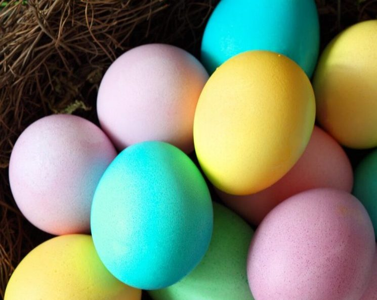 Пастелни велигденски јајца во сите бои, нијансирани на природен начин