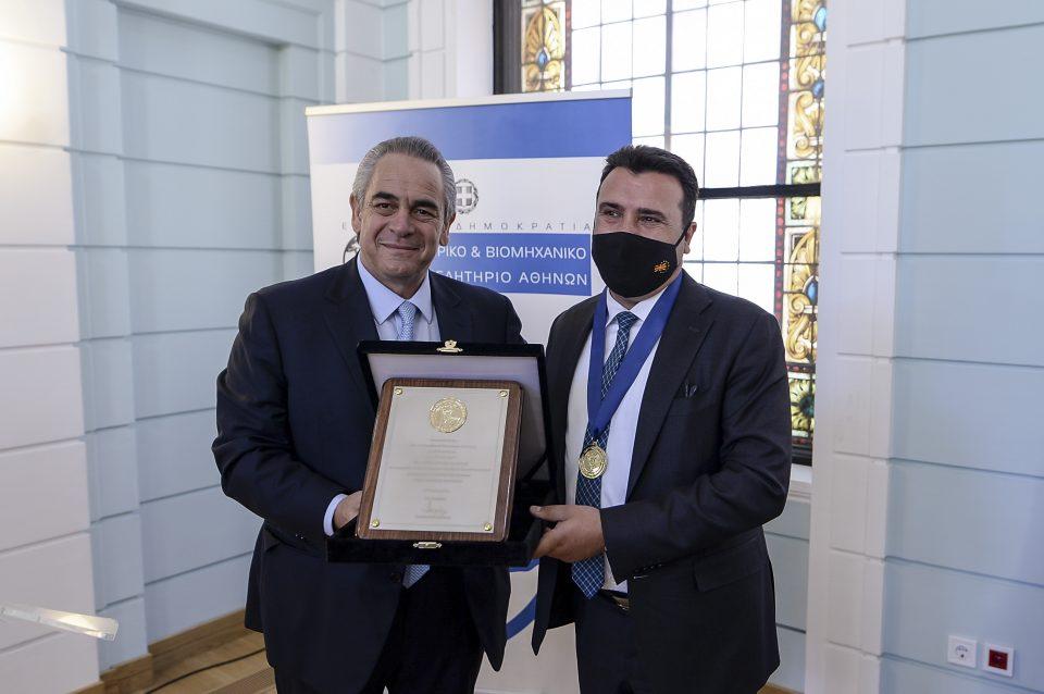 Не доби Нобелова, но ниже одликувања: Грчката комора го одликува Заев среде Атина