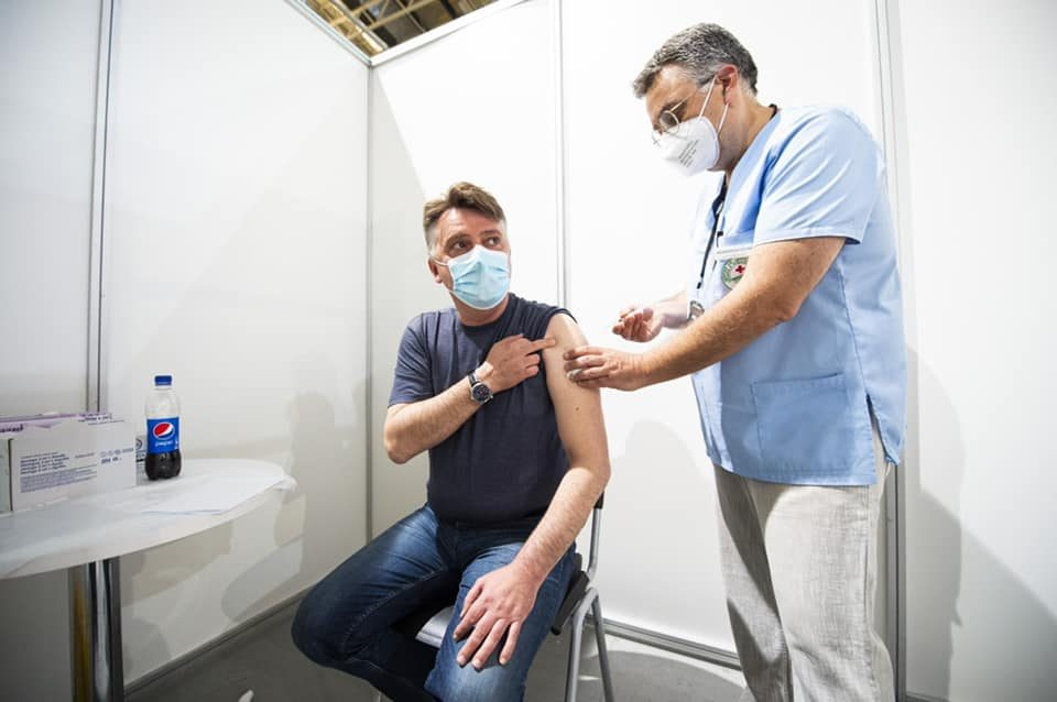 """Петре Шилегов вечерва се вакцинираше во салата """"Борис Трајковски"""""""