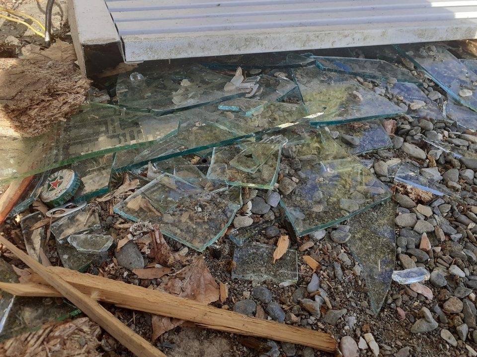 Охрид SOS: Туристите ќе гледаат скршени стакла, рѓосани железни конструкции, штици со шајки и секаков шут e расфрлан на плажите