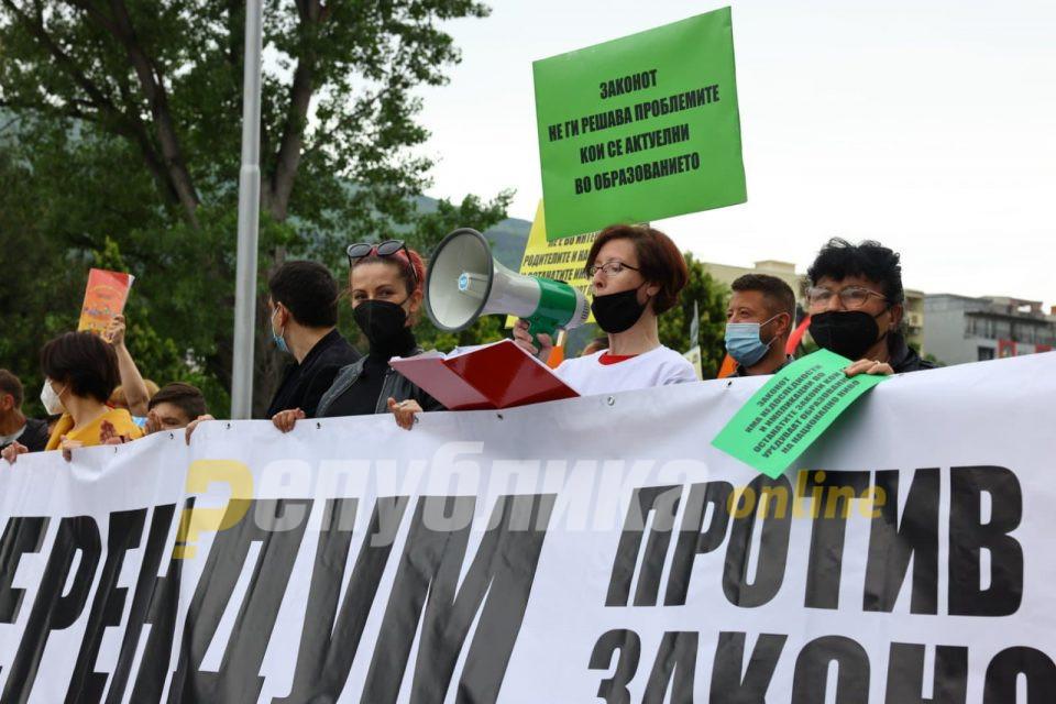 Масовни протести низ Македонија: Тргнете ја вашата лоша политика од нашите деца, ѝ порачаа на Мила Царовска