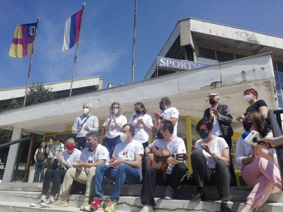 """Македонци во маици """"Благодарам Србија"""" дојдоа во Врање по втората доза вакцина, па прославија со песна"""