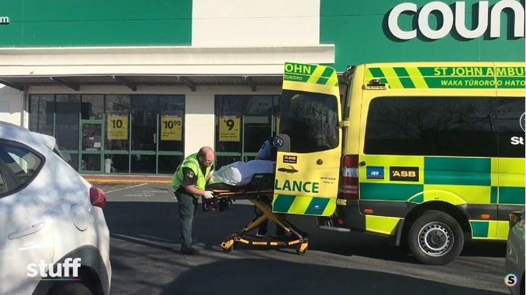 Маж избоде пет лица со нож во супермаркет во Нов Зеланд, твојца се во критична состојба