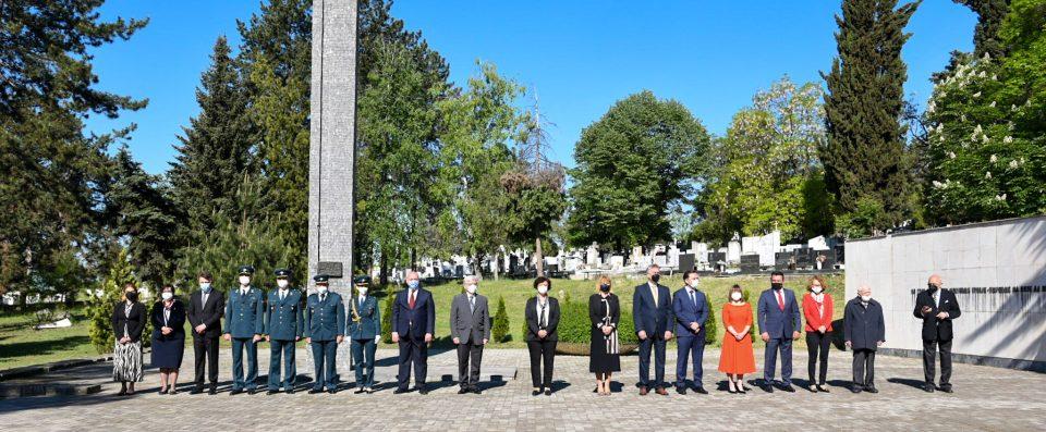 Делегација од Кабинетот на Претседателот положи цвеќе по повод 9 Мај – Ден на победата над фашизмот и Ден на Европа