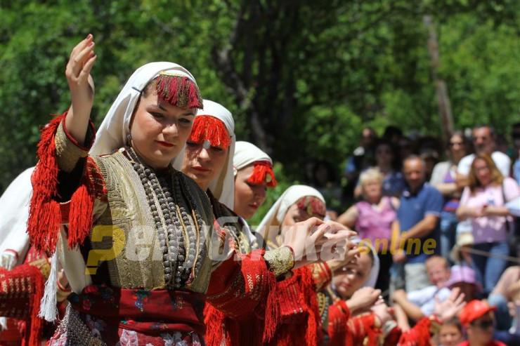 Верувања и обичаи за втор ден Велигден: Момчињата ги полевале девојките со вода