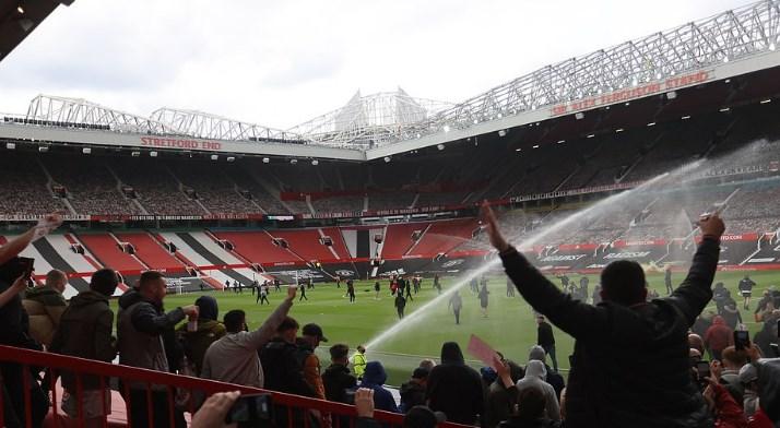 """Дербито во Манчестер нема да се игра, навивачите упаднаа на теренот на """"Олд Трафорд"""""""