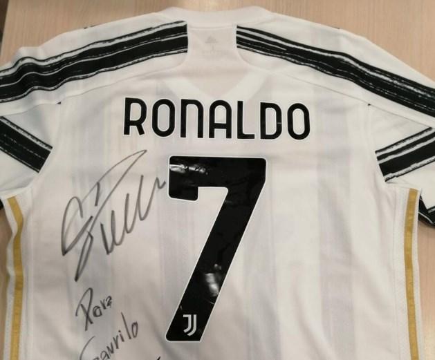 Роналдо ја покажа својата големина, го даде дресот за лечење на дете од Србија