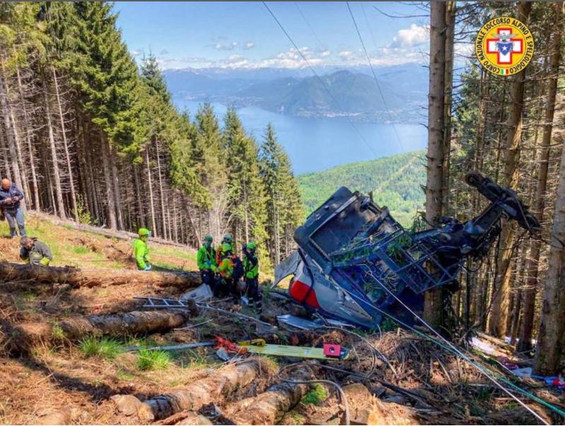 Несреќа во Италија: Се сруши кабина од жичарница, загинаа осум лица