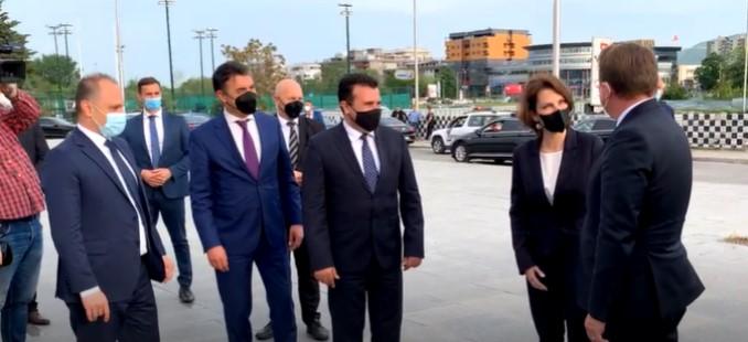 """Во живо: Заев, Вархељ и Едштадлер пристигнаа во салата """"Борис Трајковски"""""""