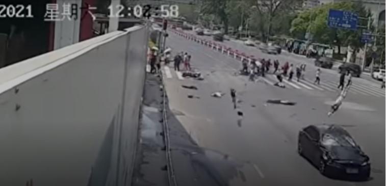 Автомобил влета во група пешаци во Кина, четири лица загинаа на лице место