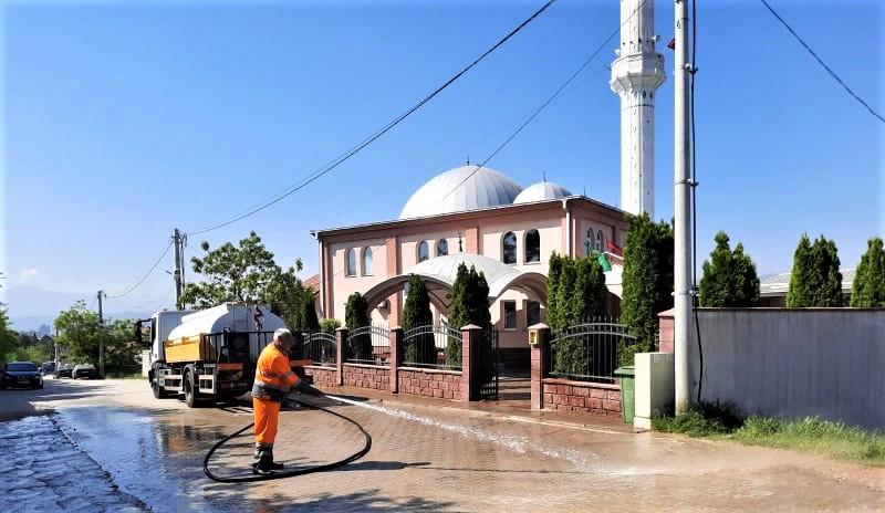 Комуналец ги изми џамиите за празникот