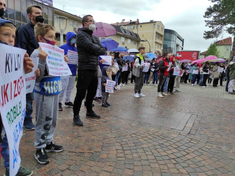 Децата нема да бидат предмет на тестирање, порачаа родителите на протестот во Гостивар