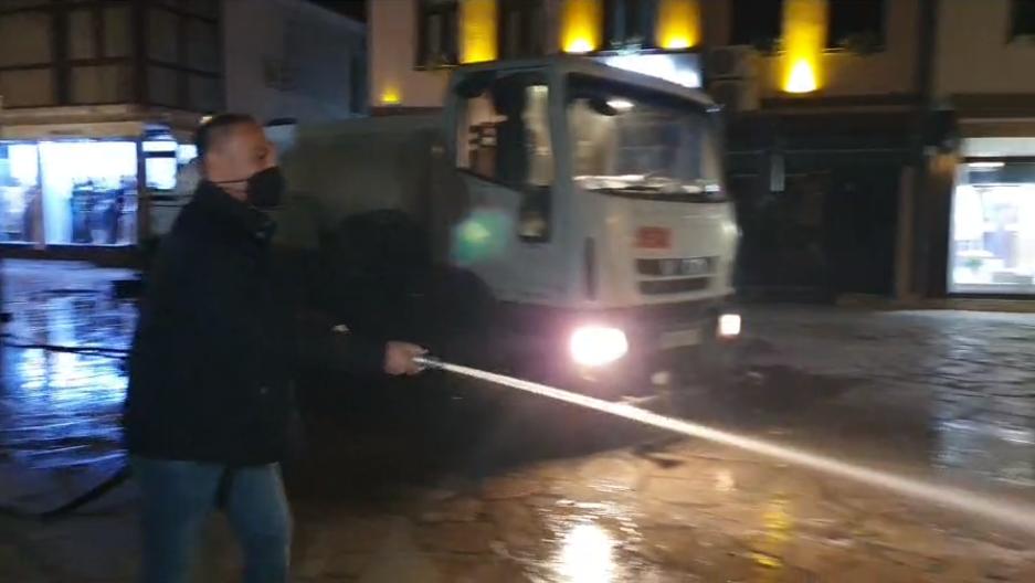 Популизам без граници: Груби со комуналците чисти пред Муратпашината џамија во Чаршија