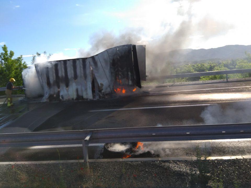 Изгоре камион кај Неготино