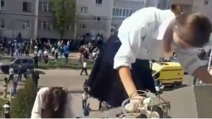 Уплашени бегаат преку прозорци: Објавени видеа од евакуацијата на децата по масакрот во училиштето во Казан