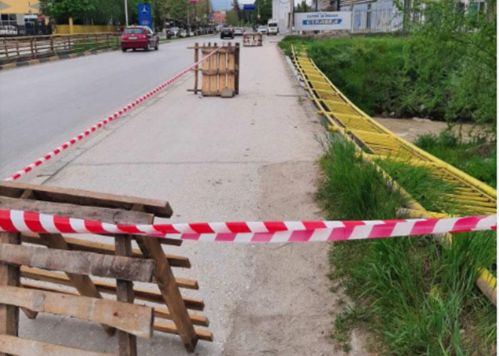 Паднала ограда од мост на реката Пена во Тетово