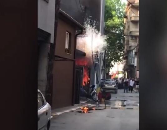 Гореле повеќе дуќани: Пожарникарите едвај стигнале до објектите на Цветан Димов од паркираните возила