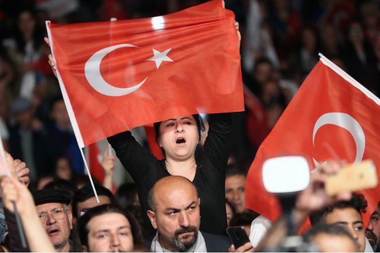 Полицијата се судри со демонстранти во Истанбул, најмалку 100 лица се уапсени