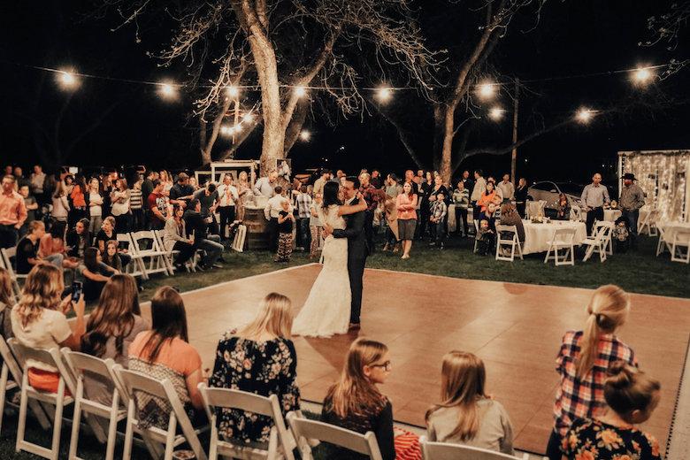 Само невестата и младоженецот ќе можат да играат на свадба?!